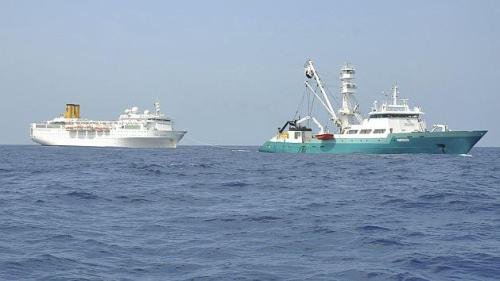 Costa Allegra hace noticia en medio del mar