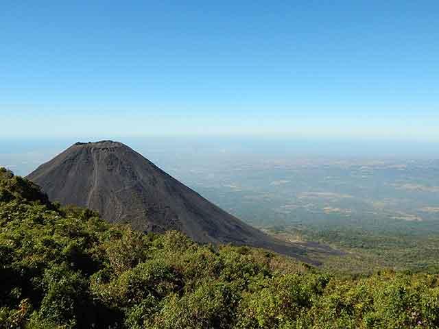 Excursiones insólitas: Volcanes de El Salvador, una aventura entre fumarolas, bosques y piedra volcánica